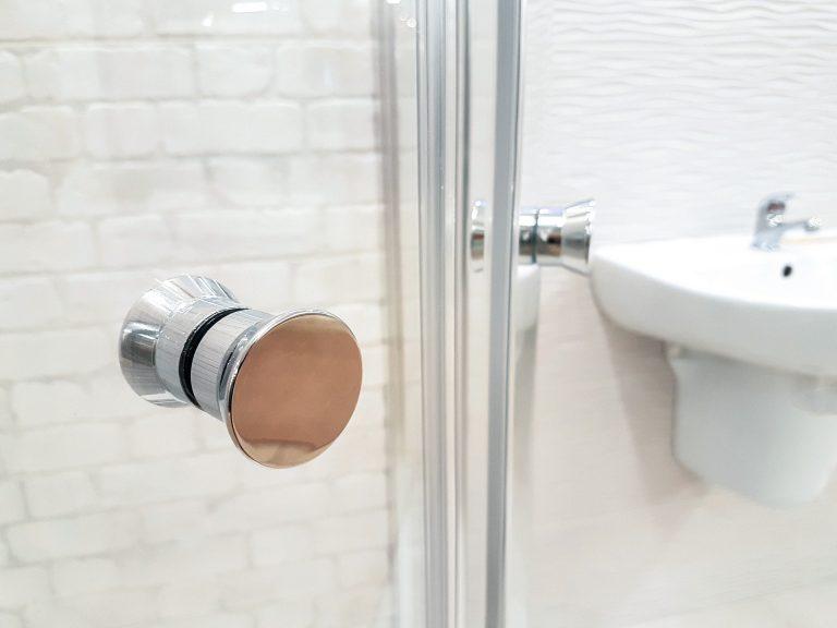 nettoyer une paroi de douche