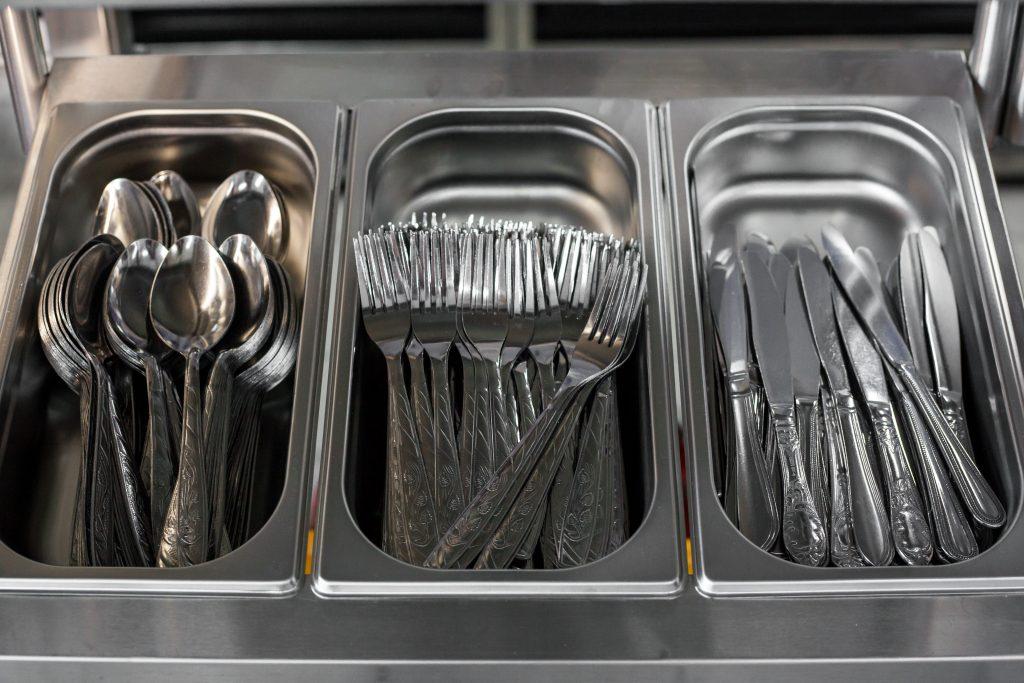 Couillères, couteaux et fourchettes en inox