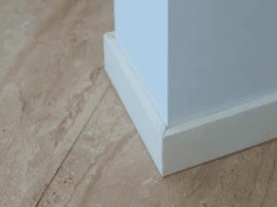 plinthes d'angle blanche sur mur blanc