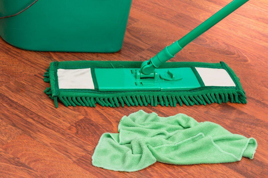 Balai, lavette et seau microfibre verts