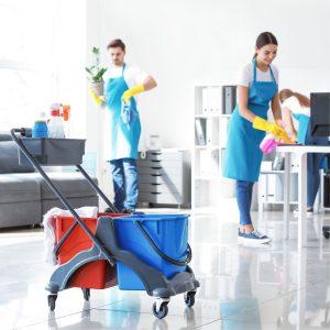 Equipe de nettoyage dans un bureau avec chariot de lavage