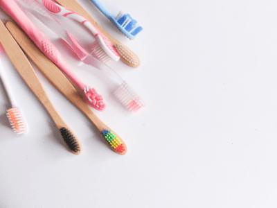 Plusieurs brosses à dents de couleurs